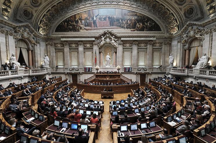 Partidos renovam por mais 15 dias o estado de exceção