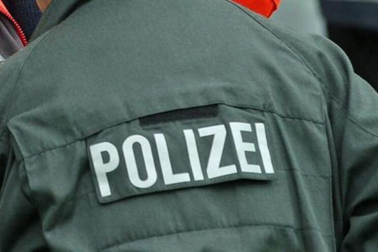 De acordo com a imprensa local, o agressor fugiu e está a ser procurado pelas autoridades