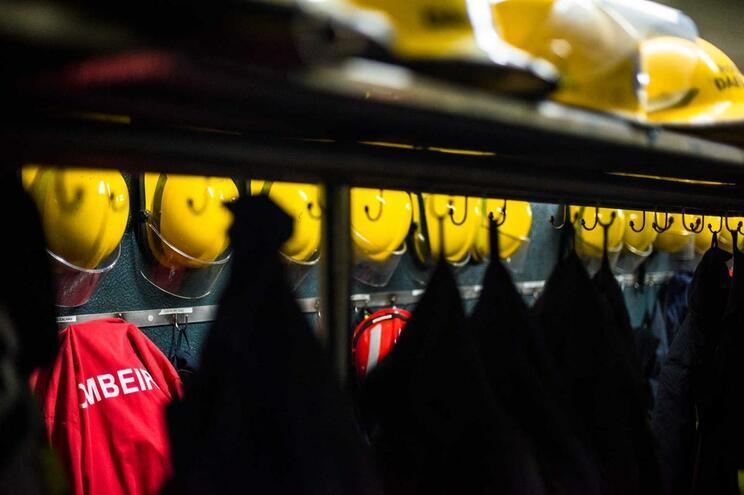 Incêndio em cave que servia de armazém a pastelaria mobilizou 30 bombeiros