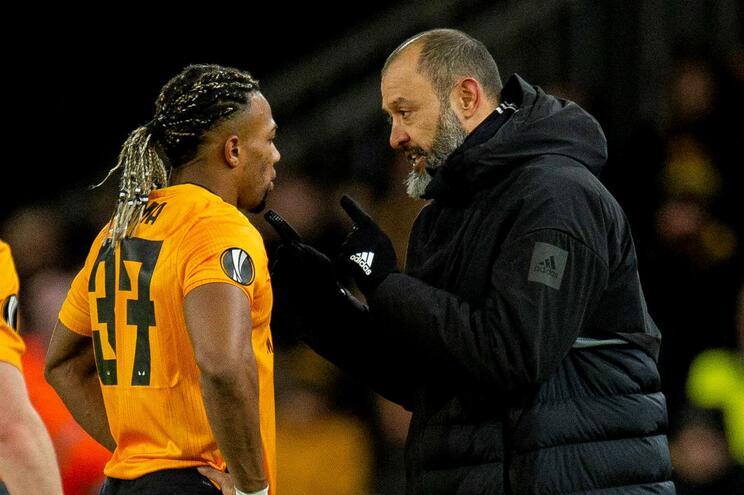 Insultos dirigiram-se ao espanhol Adama Traore, na imagem com o treinador Nuno Espírito Santo
