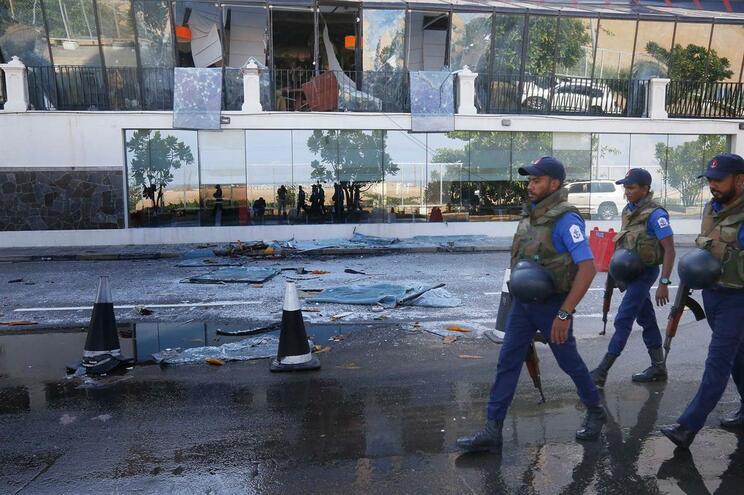 Polícias passam em frente ao Hotel Kingsbury, em Colombo