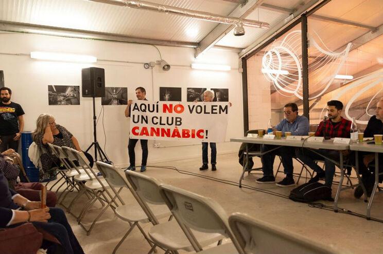 """""""Aqui não queremos um clube canábico"""", lê-se nos cartazes que os moradores têm nas suas varandas"""