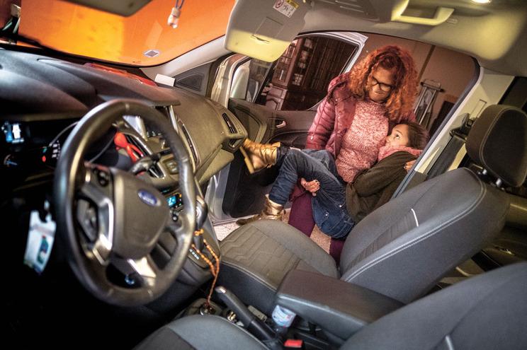 Emília Assunção espera há dois anos por apoio da Segurança Social para transformar o carro e deixar de