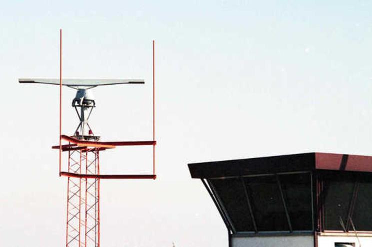 Aviões no Aeroporto da Portela. Radar e torre de controlo.