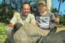 Claude Kleynhans, à esquerda, posa junto a um búfalo morto