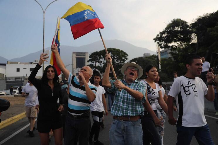 Venezuelanos apoiam Juan Guaidó