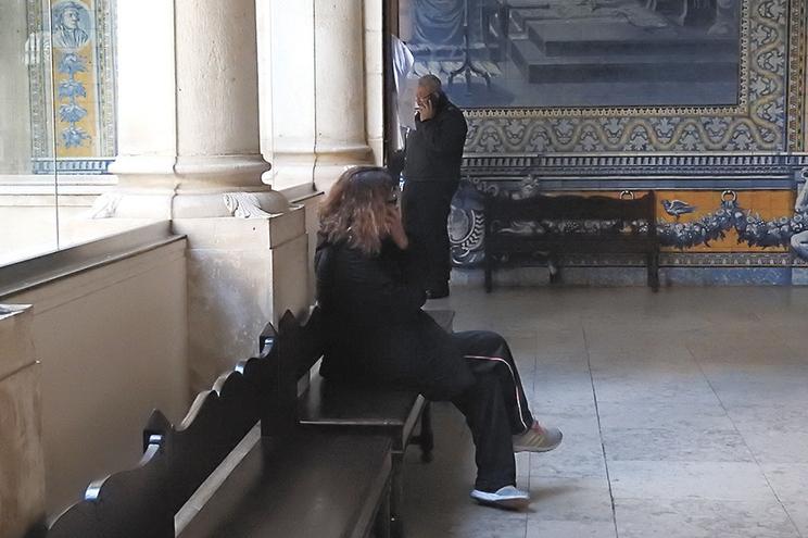 A funcionária da Segurança Social de Coimbra foi levada, na sexta-feira, a tribunal, tendo sido libertada