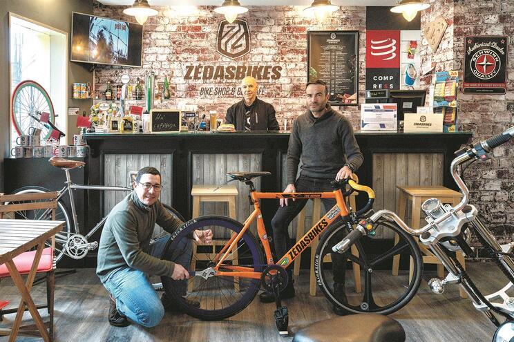 """""""Zé das Bikes"""", de Daniel Santos, Adriano Gomes e Paulo Ramires, é ponto de encontro de ciclistas em"""