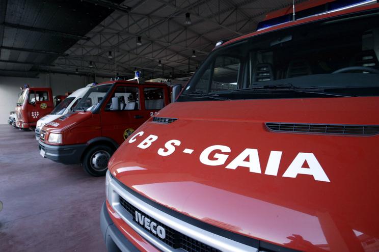 Prédio de cinco andares evacuado por incêndio em garagem em Gaia