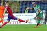 Central Vila-condense Santos disputa a bola com Jovo Lokic, do Borac
