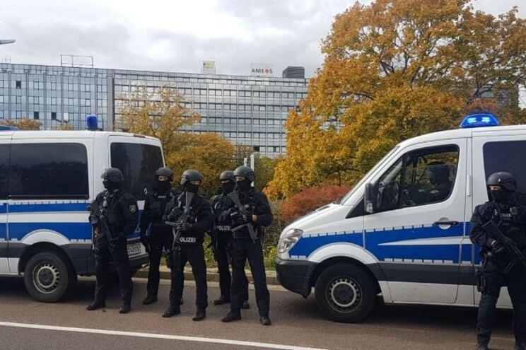 Tiroteio junto a sinagoga na Alemanha faz dois mortos. Suspeito em fuga