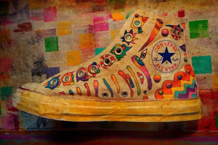 Artista português faz sucesso na Suíça com calçado desportivo personalizado