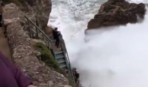 Vídeo mostra onda gigante a apanhar quatro pessoas na Nazaré