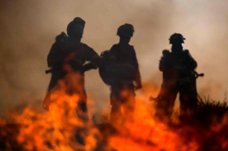 Prédio evacuado e dois bombeiros feridos em incêndio na Moita
