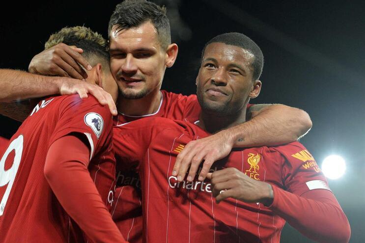 Liverpool vence Everton de Marco Silva e mantém distância na liderança