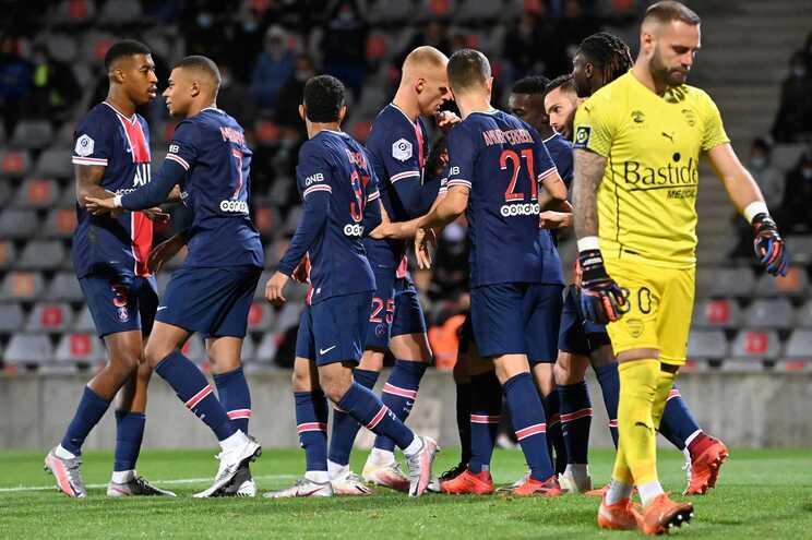 Jogadores do PSG festejam um dos golos ao Nimes
