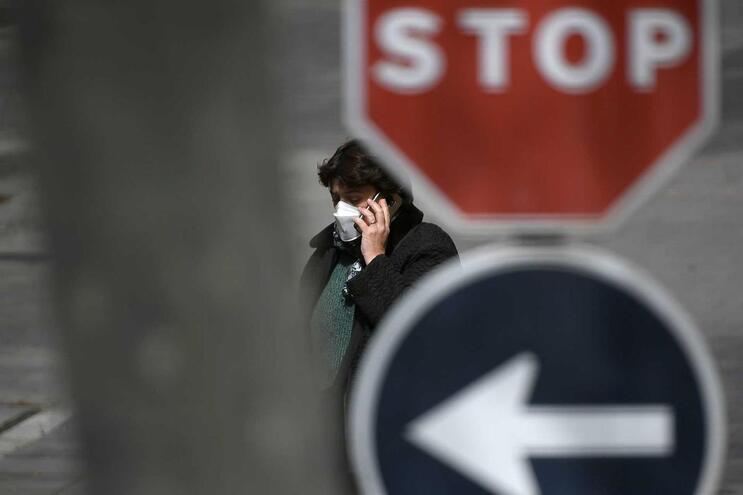 Mulher usa máscara de proteção em rua de Barcelona