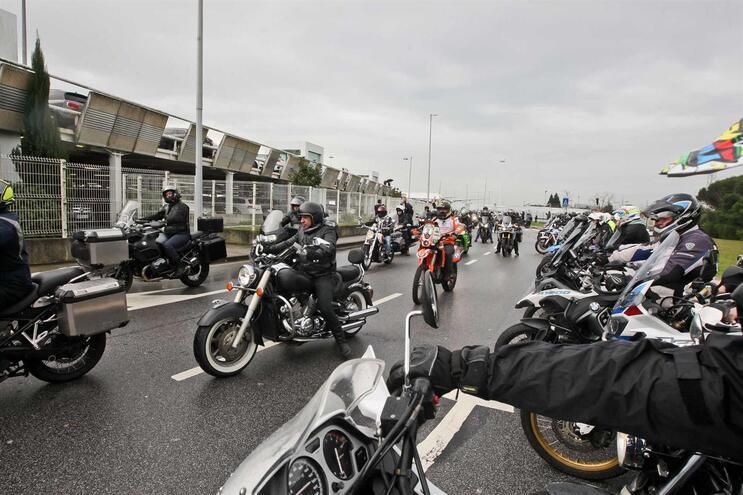 Homenagem seguiu-se a uma escolta de motociclistas, que acompanharam Paulo Gonçalves desde o aeroporto