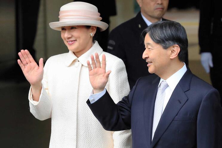 O imperador Naruhito, à direita, acompanhado da mulher, a imperatriz Masako