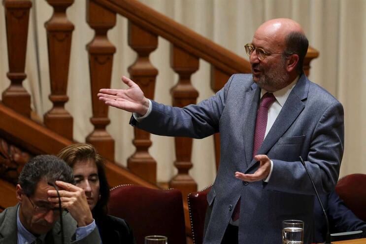 Ministro do Ambiente virado para as bancadas da Direita lembrou: quem atribuiu a concessão da exploração