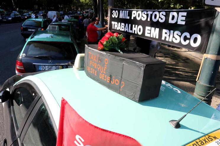 """Taxistas descontentes com """"manobra de diversão"""" do Governo"""