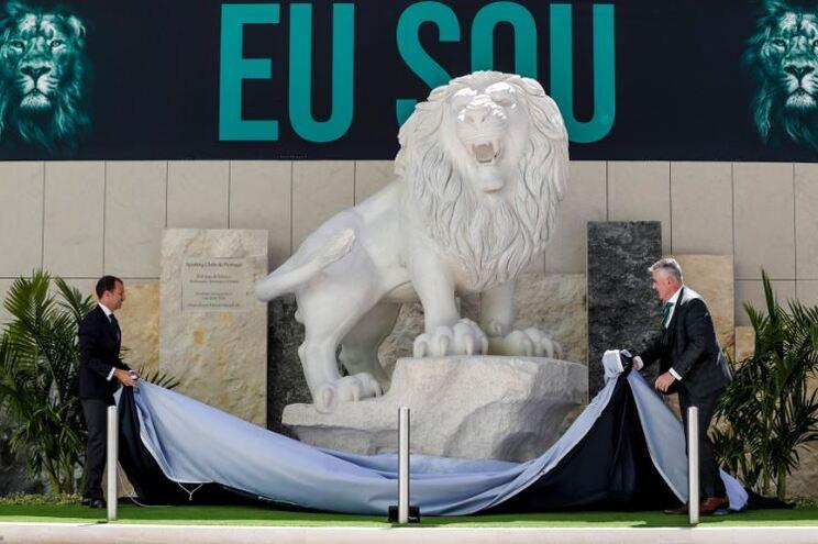 Frederico Varandas, presidente do Sporting, desvela uma das estátuas de leões colocadas junto ao estádio