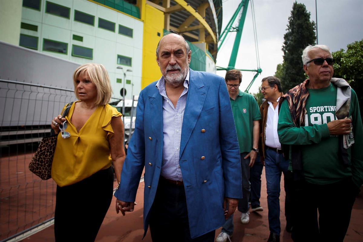 Dias Ferreira acompanhado da esposa na fila para votar