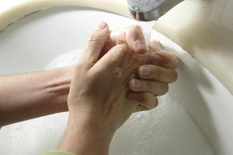 Os efeitos da lavagem constante das mãos e como combatê-los