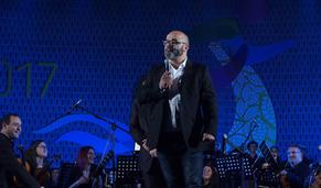"""Comédia de """"stand up"""" e música de orquestra unidas em palco"""