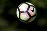 O jogador do Arouca, Mateus (D), disputa a bola com o jogador do Desportivo de Chaves, Rafael Lopes (E)