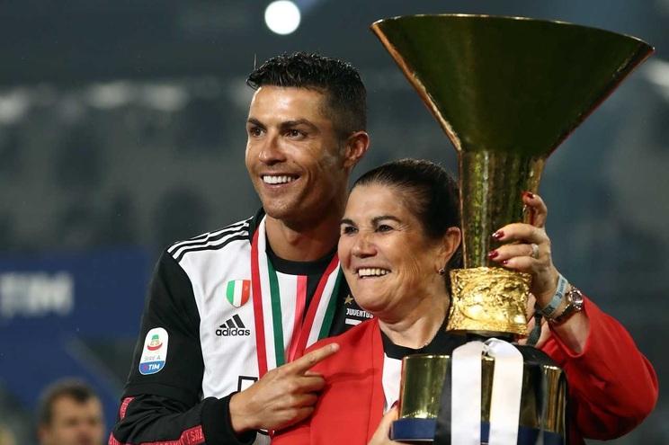 Cristiano Ronaldo com a mãe, Dolores Aveiro, na festa da vitória do campeonato italiano, em 2019
