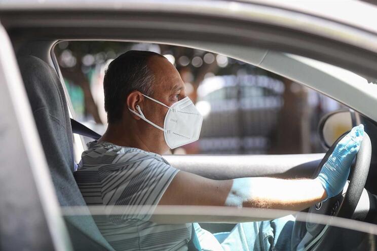 Uber já tinha recomendado o uso de máscara aos seus motoristas, mas agora obriga-os a tirar uma foto