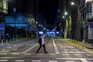 Homem caminha sozinha em rua de Barcelona