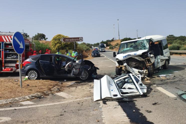 Acidente envolveu três veículos e causou cinco feridos graves