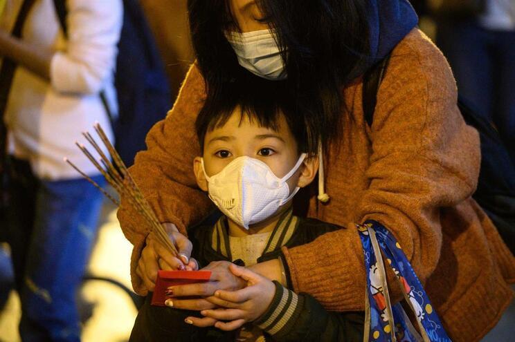 Dados publicados esta sexta-feira dão 835 infeções confirmadas em laboratório, relatadas na China, com