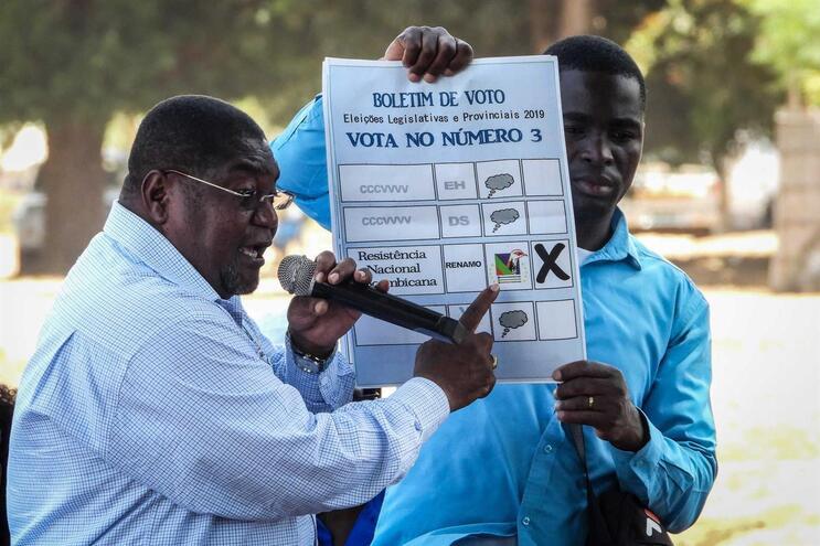 O líder da Renamo, Vasco Quembo, mostra um boletim de voto usado nas eleições de 15 de outubro, em Moçambique