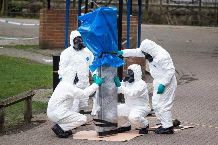 Militares removem banco onde os Skripal foram encontrados