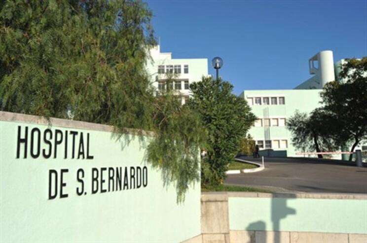 Ferido foi assistido no Hospital de S. Bernardo
