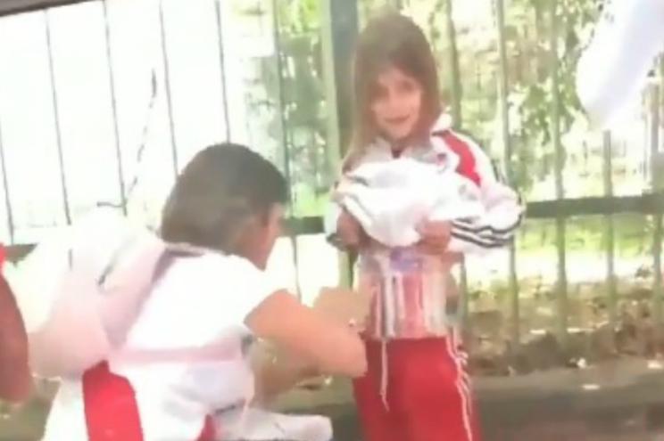 Adepta do River Plate filmada a esconder engenhos pirotécnicos em criança