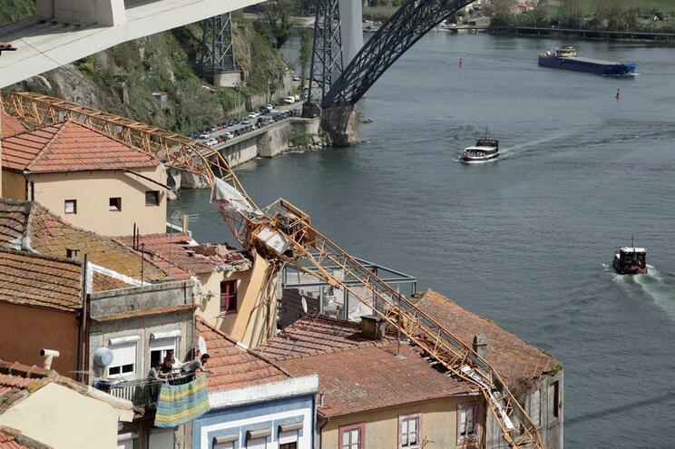 Proprietária das gruas que caíram no Porto vai apresentar queixa crime