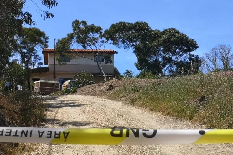 Homem encontrado morto em casa com sinais de violência