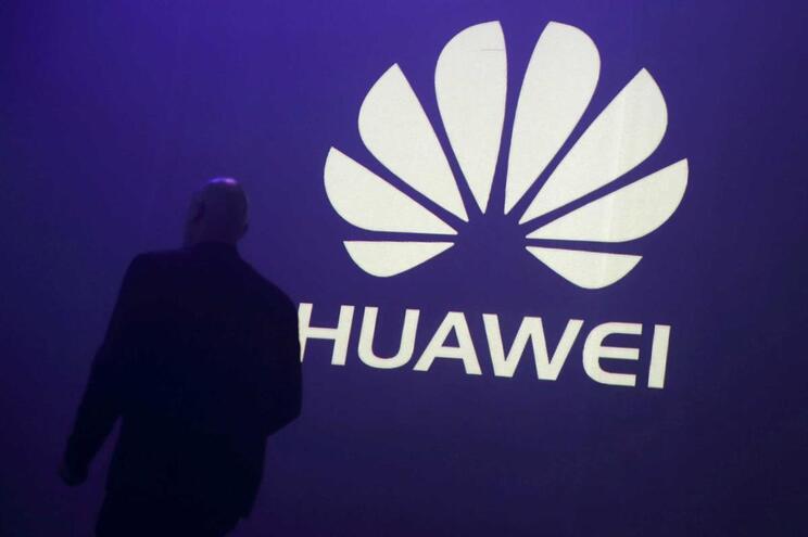 Grupo chinês Huawei despede funcionário detido na Polónia por espionagem