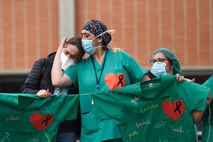 Profissionais de saúde em homenagem a enfermeiro que morreu com Covid-19