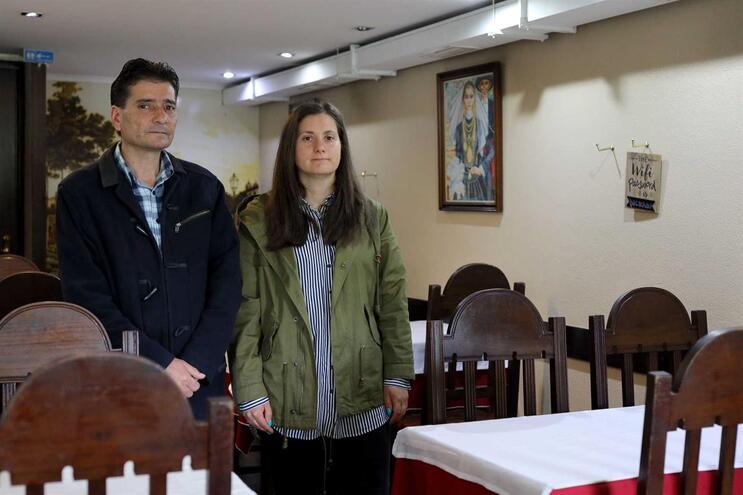 """Jorge Cruz, do restaurante """"O Bacalhau"""", em Braga, acompanhado pela filha, olha com mágoa para as mesas"""