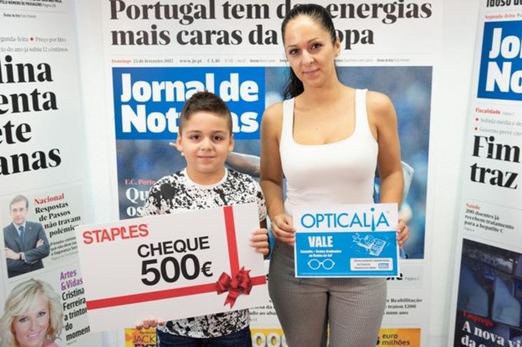Martim Conde e a mãe Vera Gonçalves receberam os vales da Staples e Opticalia