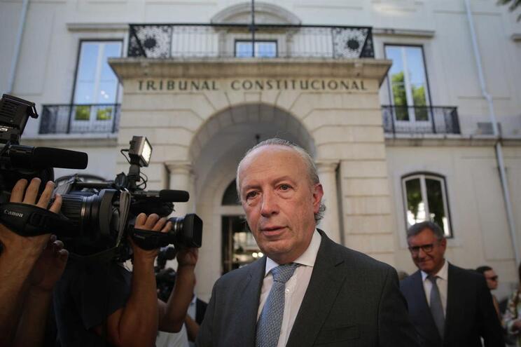 Santana Lopes durante a entrega das assinaturas necessárias para a formalização do seu novo partido,