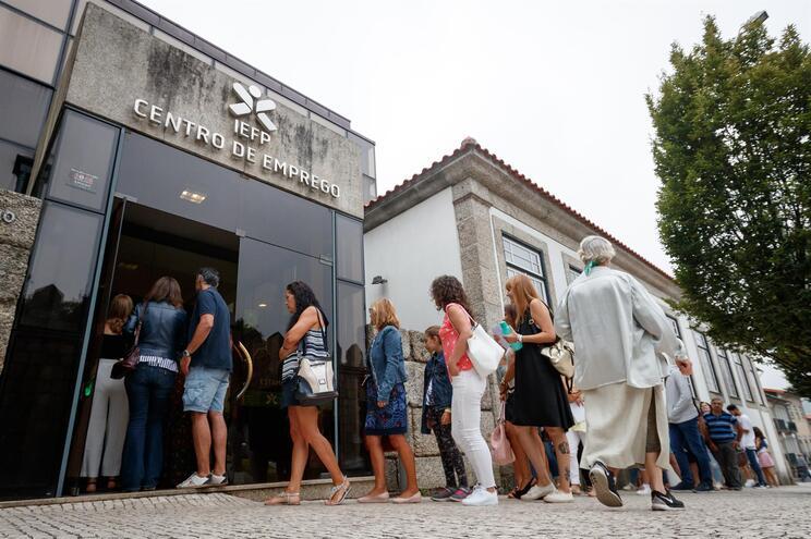 Governo propõe subir valor mínimo do subsídio de desemprego para 505 euros