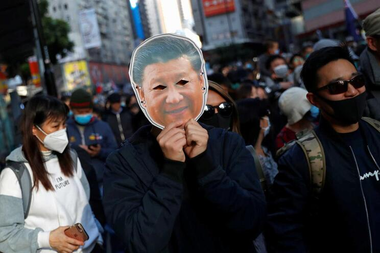 Polícia apreende várias armas antes de manifestação em Hong Kong