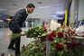 O Presidente ucraniano, Volodymyr Zelensky, deposita flores em homenagem às vítimas ucranianas da queda