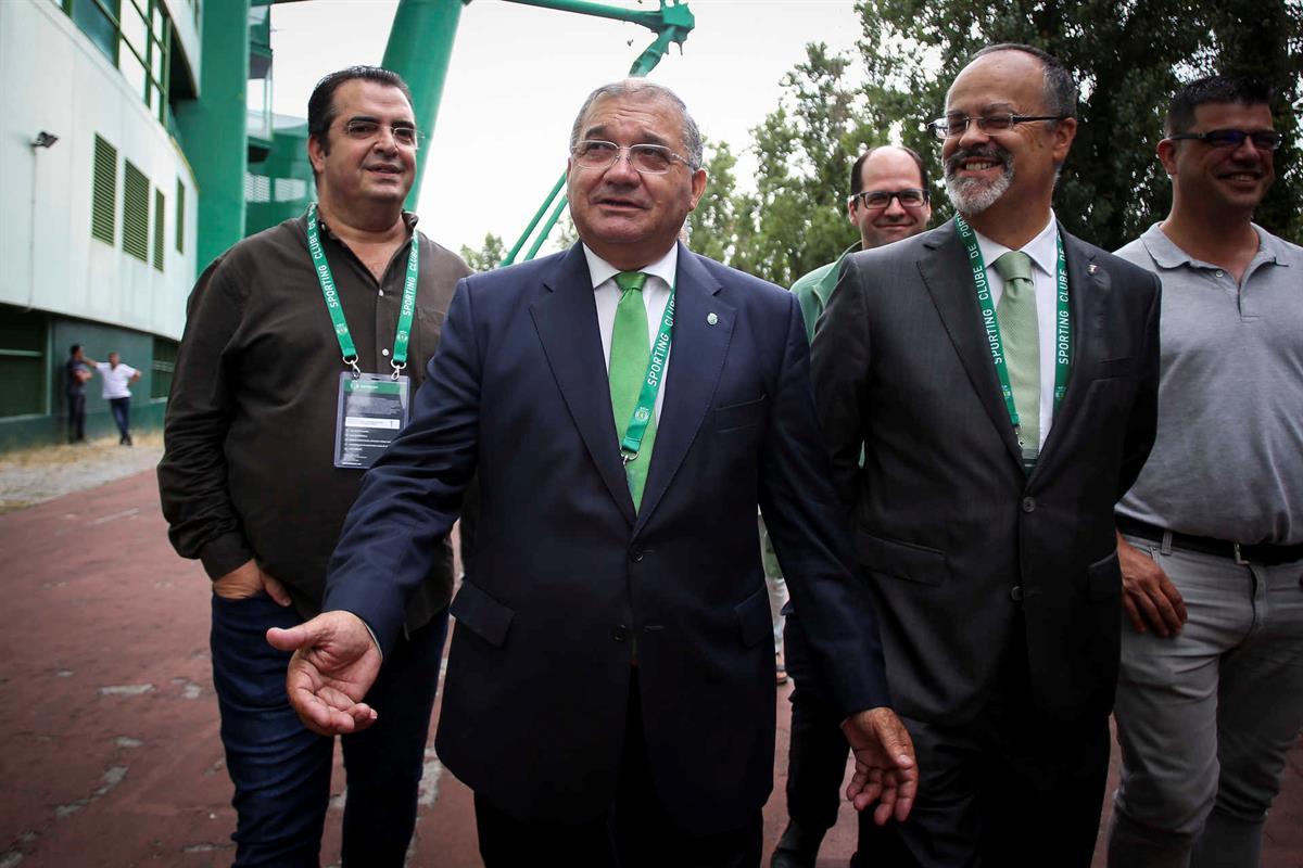 Candidato Fernando Tavares Pereira na fila para votar